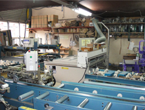 ここが私たちの工場です。町の畳屋さんとはちょっと違う広い工場に、みなさんとても驚かれます。